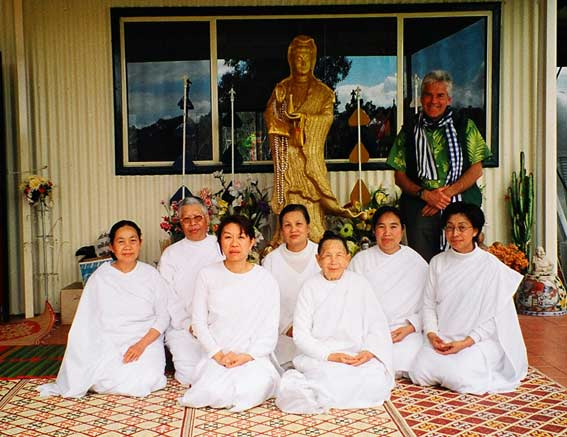 Graeme caught between KwanYin and the Weekend Nuns, End of Lent, Wat Buddhalavarn, Wedderburn, 13 October 2003