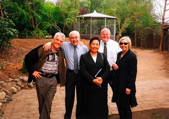 Graeme with Campbelltown friends Paul Tosi, Vongchanh Chantavong, Barry Daley and Ruth Banfield, 17 October 2003